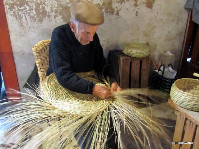 José da Encarnação handweaving baskets