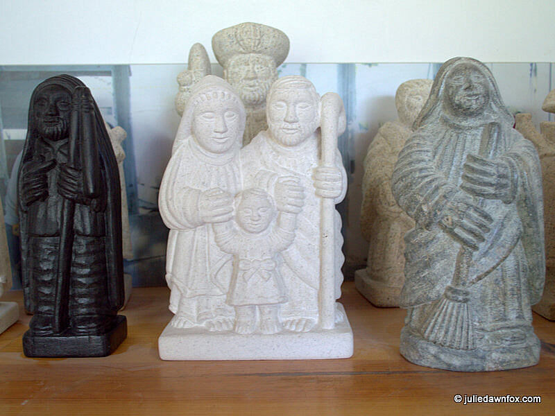 Sculptures in schist, limestone, river pebble and granite