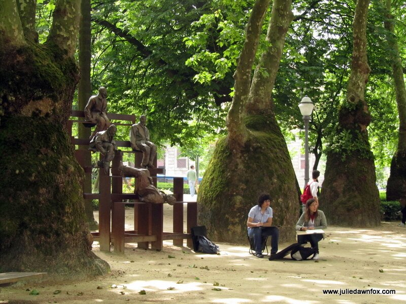 Sculptures, students and weird trees in Jardim do Cordoaria, Porto