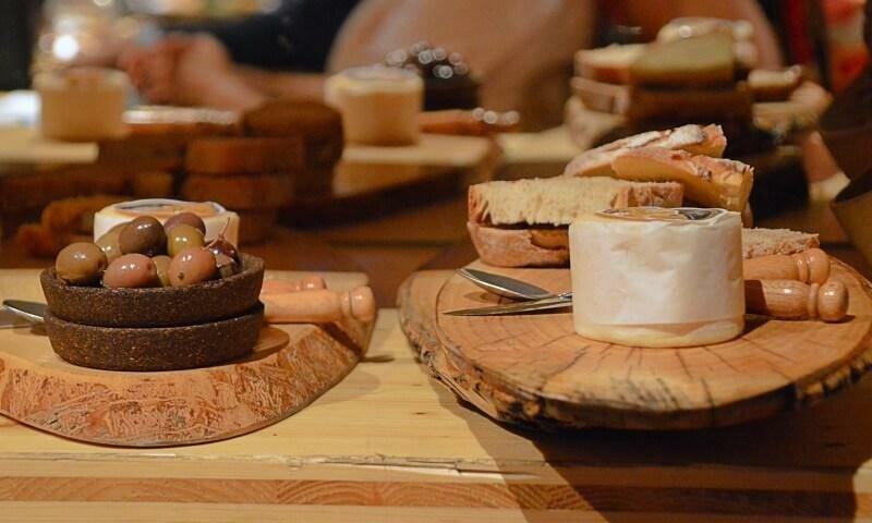 Bread, cheese and olives, De Pedra e Sal